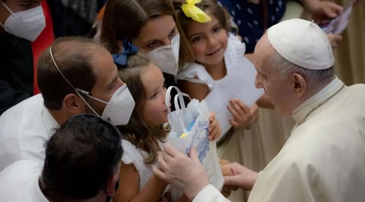"""Papa Francisco: """"La familia está viva cuando está unida en la oración"""""""